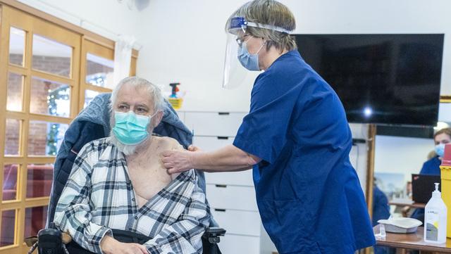 Roger Holland (75) får den første modernavaksinen. Vaksinen blir satt av sykepleier Mone Tshahai Kildal ved Engelborg ressurssenter