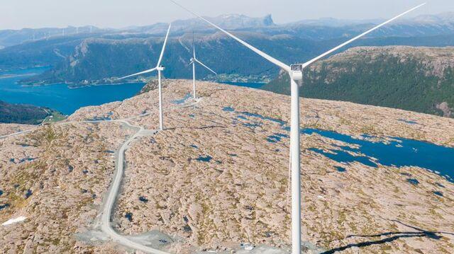 Kommunene skal få bestemme mer i vindkraftsaker i fremtiden. Det er flertall på Stortinget for å endre dagens politikk. Bildet er fra Guleslettene vindkraftverk i kommunene Kinn og Bremanger.