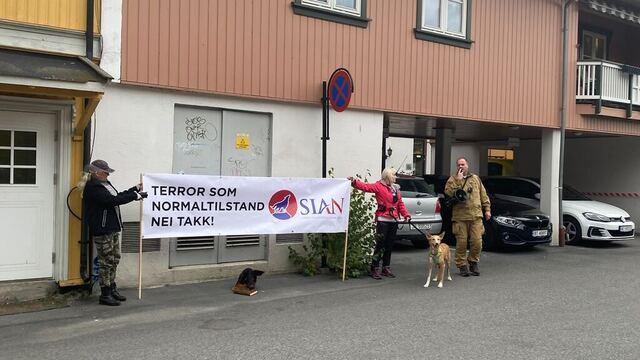 Sentrale SIAN-medlemmer demonstrerte utenfor moskeen i Kongsberg. De la igjen et grisehode og en koran.