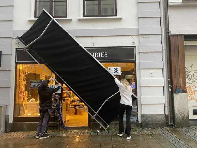 Persiennen falt ned utenfor butikken Blomz Accessories i Valkendorfsgaten.
