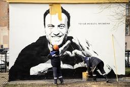 Et veggmaleri med portrett av Aleksej Navalnyj males over i St. Petersburg kort tid etter at det ble oppført. Foto: Ivan Petrov / AP / NTB