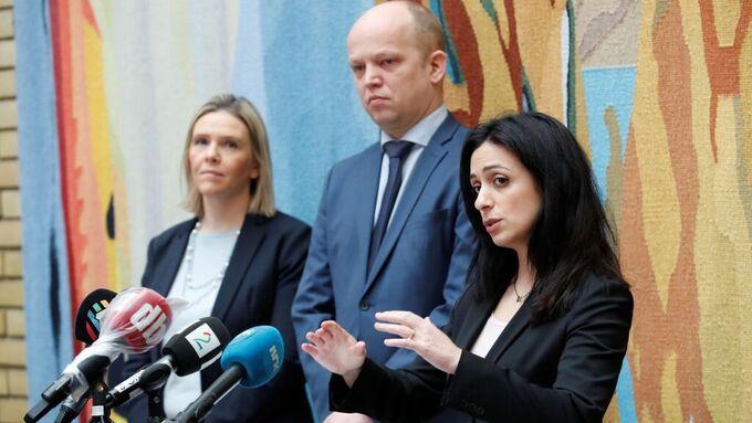Sylvi Listhaug (Frp), Trygve Slagsvold Vedum (Sp) og Hadia Tajik (Ap) i vandrehallen på Stortinget.