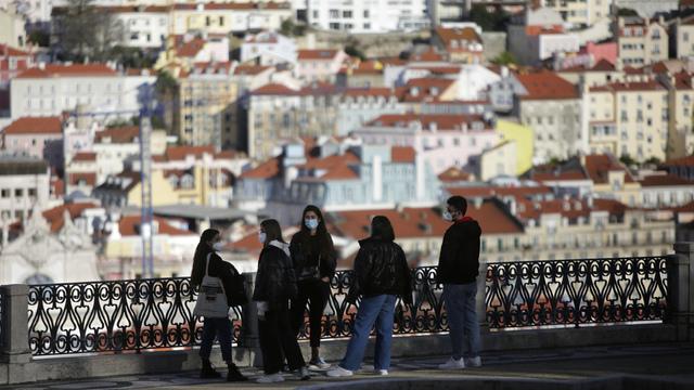 En gruppe unge med munnbind i Lisboa i Portugal.