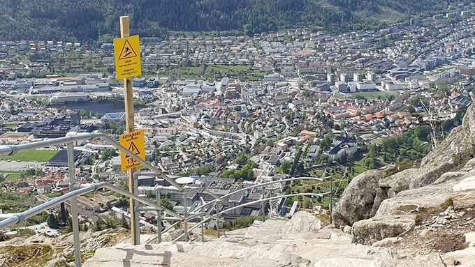 Skiltet om enveisgåing hang mellom de to gule skiltene som nå står igjen.