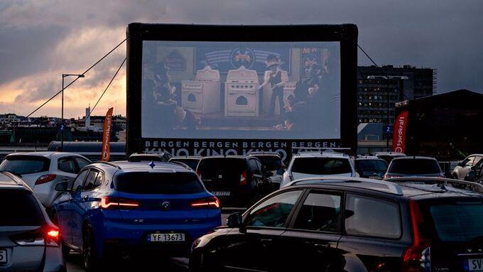 Slik så det ut da Bergen Kino innviet sin nye utendørs drive-in-kino fredag. Søndag kveld stanset vinden forestillingen.