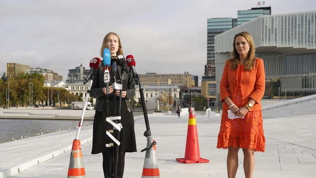Næringsminister Iselin Nybø og distrikts- og digitaliseringsminister Linda Hofstad Helleland holder pressemøte på operataket.