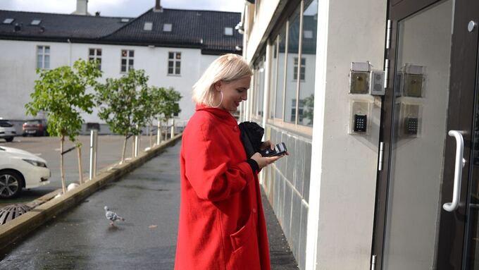 UTE: Sofie Marhaug (Rødt) på vei inn i forhandlingene med de andre partiene. Der ble hun ikke lenge.
