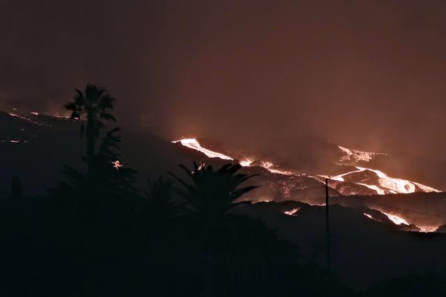 En andre lavastrøm fra vulkanen i Cumbre Vieja-fjellkjeden på La Palma nærmer seg havet, og kan danne en ny odde ved kysten. Foto: Daniel Roca / AP / NTB