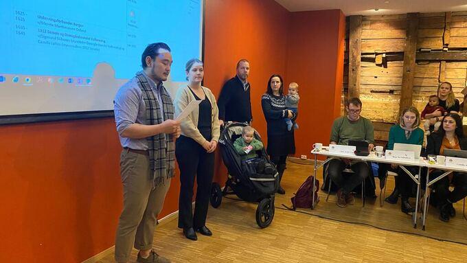 PROTEST: Familier fra Damsgårdssundet møtte opp på utvalget for å si sin mening. Her ved Sigmund Skibenes og Camilla Løken.