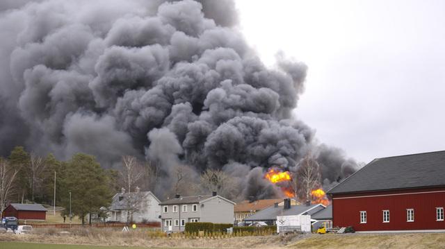 Kirkebygden skole i Våler kommune brant ned 8. april. Bare idrettshallen og et gammelt administrasjonsbygg står igjen. Resten, inkludert alle klasserommene, ligger nå i ruiner. Arkivfoto: Freddie Larsen / NTB