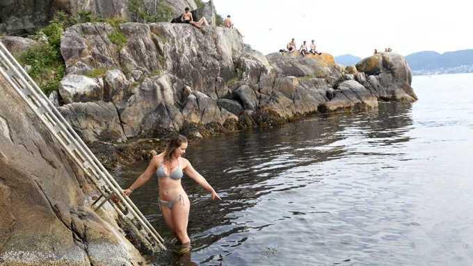 SJEKKER: Carlothe Ripe sjekker om det er brennmaneter i sjøen før hun bader.