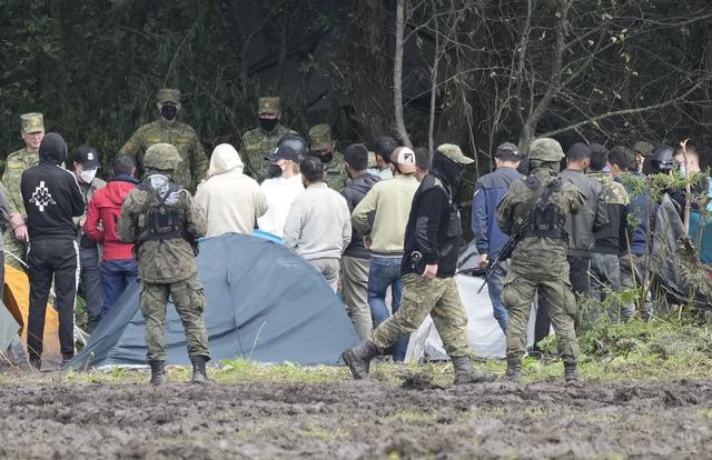 Polske sikkerhetsstyrker hindrer migranter i å komme over grensen. Foto: Czarek Sokolowski / AP / NTB