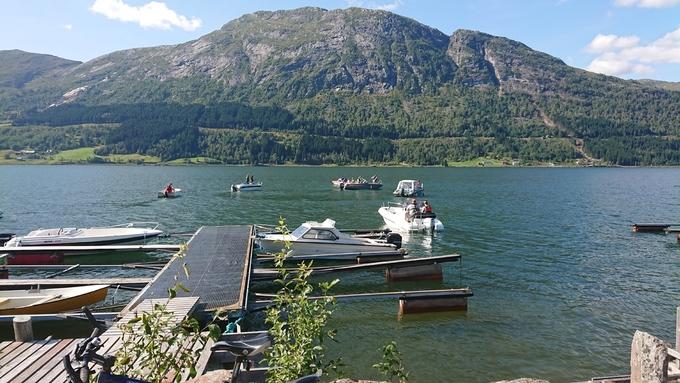 SØK: Flere frivillige deltok i søkene i vannet søndag.