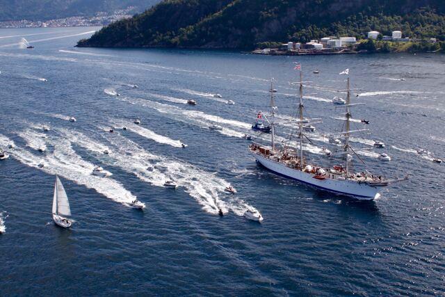 Mange båter fulgte seilskipet på vei ut. Bildet er tatt fra Askøybroen.
