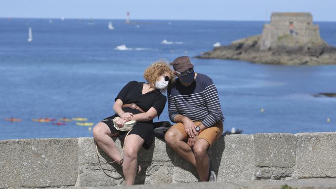 Flere steder i Frankrike er det nå påbudt med munnbind utendørs, som her ved Saint-Malo på atlanterhavskysten.