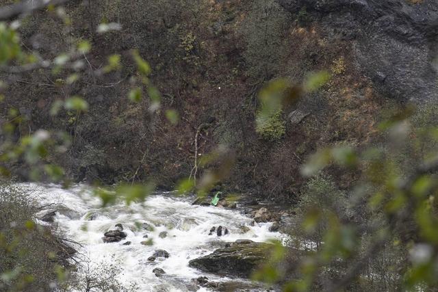 Tre personer er savnet etter å ha blitt tatt av strømmen i elva ved Tokagjelet i Kvam. Foto: Marit Hommedal / NTB