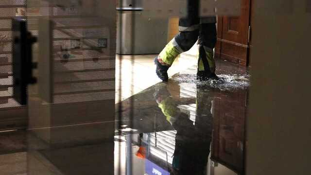 Vannet rant fra tredje etasje og ned i Rema-butikken under.