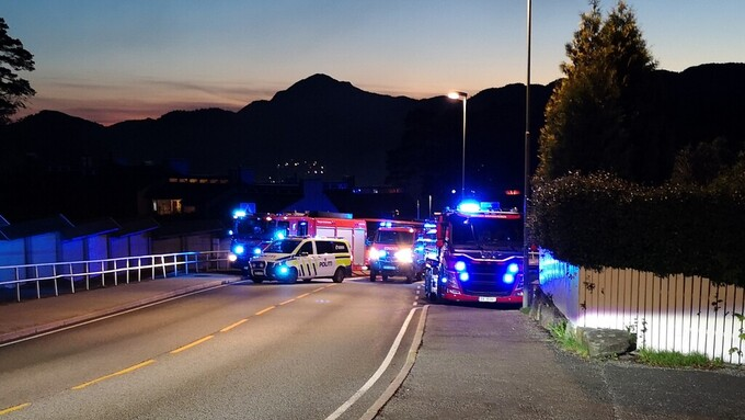 Nødetatene rykket ut da det begynte å brenne i motorrommet på en buss på Bønes.