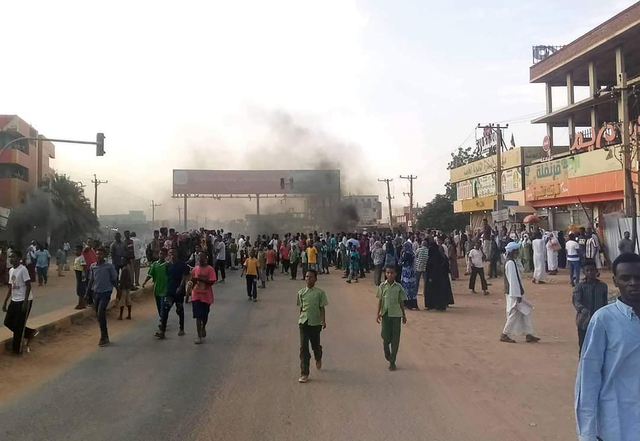 Det har vært stor uro i hovedstaden Khartoum siden militærkuppet i Sudan mandag. Foto: Ashraf Idris / AP / NTB