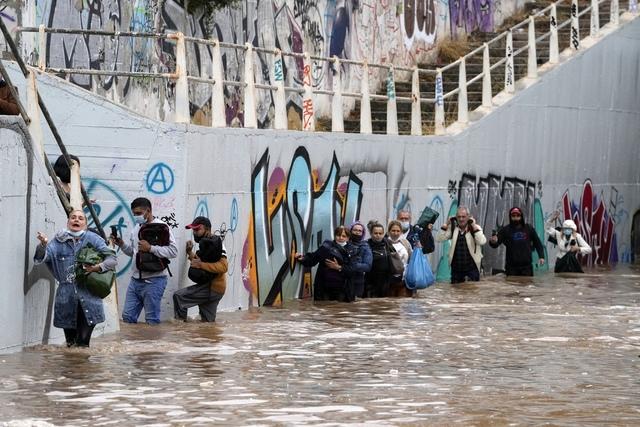 Regjeringen ga pushvarsler på gresk og engelsk til mobiltelefoner i berørte områder, og oppfordrer folk til å «unngå unødvendig bevegelse og områder som har blitt eller kan bli oversvømmet.» Foto: Thanassis Stavrakis / AP / NTB