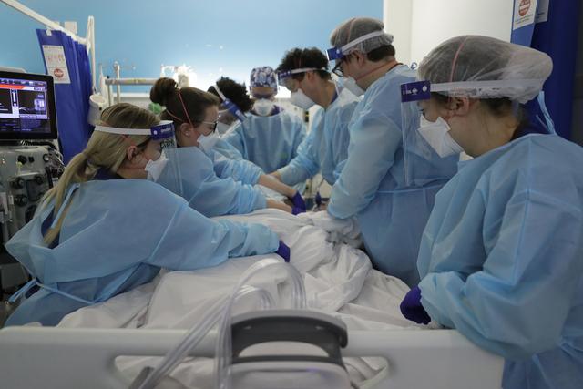 Helsepersonell snur en koronapasient på intensivavdelingen ved King's College-sykehuset i London. Foto: Kirsty Wigglesworth / AP / NTB