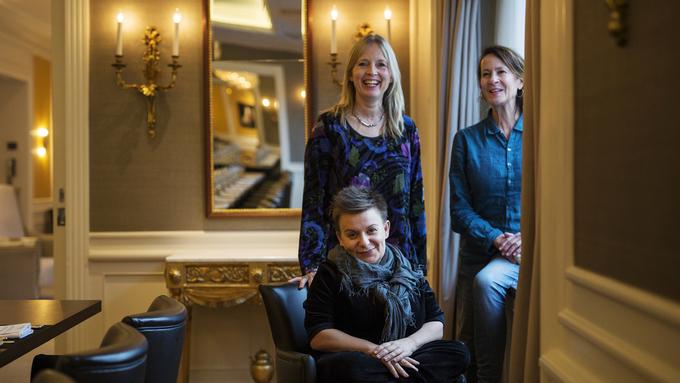 NØKKELKVINNER: Regissør Kjersti Horn (foran), teatersjef/skuespiller Agnete Haaland og forfatter Vigdis Hjorth kan glede seg over to Hedda-nominasjoner for «Arv og miljø».