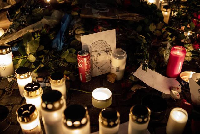 Blomster og lys på stedet der den svenske rapperen Einár ble skutt og drept torsdag kveld. Foto: Christine Olsson / TT via AP / NTB