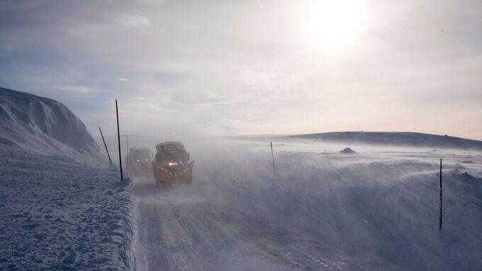 Vind og snø har gjort kjøreforholdene på Hardangervidda krevende de siste dagene.