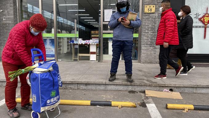 Innbyggere i Beijing utenfor et apotek. Mer enn 2100 mennesker er døde som følge av koronasmitte i Kina