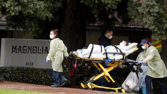 En pasient evakueres fra Magnolia Rehabilitation and Nursing Center i Riverside i California. En lang rekke alders- og sykehjem i USA er rammet av koronautbrudd, men det finnes ingen føderal oversikt over situasjonen.