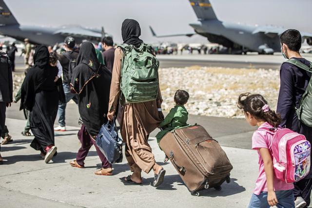 Afghanske familier på vei til fly som evakuerer dem fra flyplassen i Kabul. Arkivfoto: Sgt. Samuel Ruiz / U.S. Marine Corps via AP / NTB