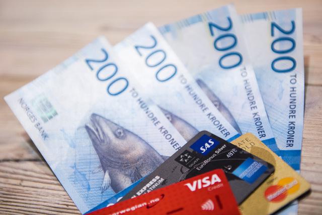 Virke vil fjerne kontantplikten. Illustrasjonsbilde av kredittkort og norske tohundrelapper. Foto: Jon Olav Nesvold / NTB