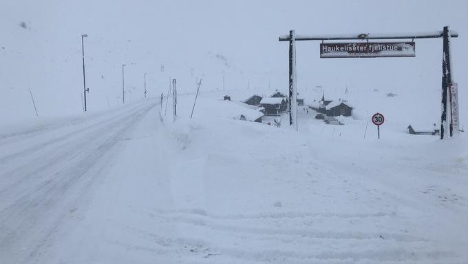 SNØ OG IS: Det blåste frisk bris på Haukeliseter mandag formiddag.