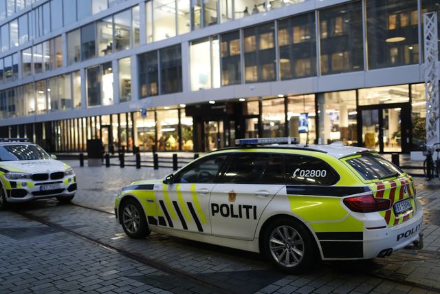 Ansatte fikk ikke komme inn inngangen fra Odd Frantzens plass mens undersøkelsene pågikk.