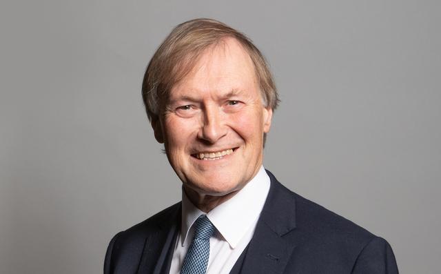 Den konservative politikeren David Amess er blitt knivstukket, melder Sky News.