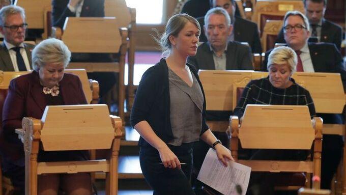 Une Bastholm (MDG) på vei for å svare finansministeren i Stortinget.