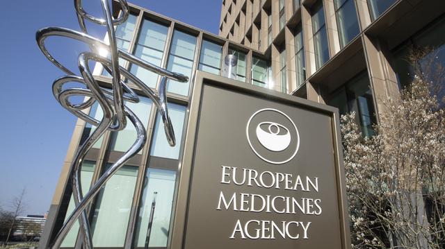 Sikkerhetskomiteen i EUs legemiddelbyrå EMA i Amsterdam mener det ikke er faretegn på blodpropp ved bruk av vaksinene fra Pfizer/Biontech og Moderna.