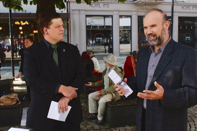 For ti år siden, etter 22. Juli, møttes representanter fra tros-og livssynsorganisasjoner i Bergen for å organisere appeller til minnemarkeringen. Det ble starten for Samarbeidsrådet for tros- og livssynsamfunn i Bergen (STL). Her er Christian Lomsdalen i Humanetisk forbund og imam i Bergen moske Ali Saied.