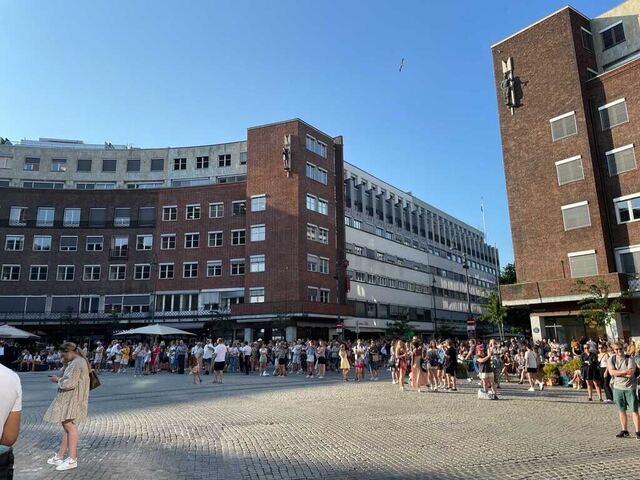 Klokken 19 stoppet Oslo opp til minne om terrorofrene. Flere hadde møtt opp utenfor Oslo rådhus.