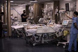 Palestinske pasienter får intensivbehandling på Shifa-sykehuset. Nå er lederen for sykehusets indremedisinske avdelingen drept i et israelsk angrep. Bildet ble tatt 13. mai. Foto: Khalil Hamra / AP / NTB