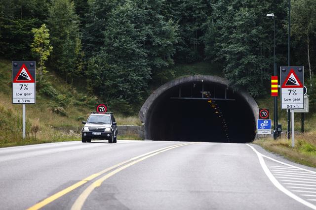 Bilistene vil oppleve at tunnelen blir betydelig lysere og mer behagelig å kjøre i med nye ledlys, opplyser Statens vegvesen. Foto: Cornelius Poppe / NTB