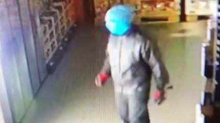 Øltyven ble fanget på butikkens kamera.