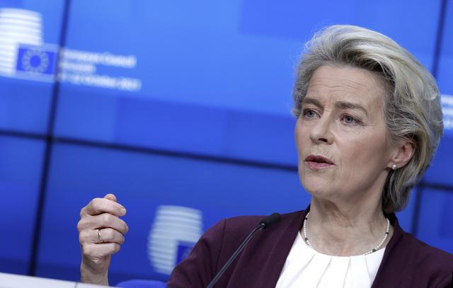 EU kommer ikke til å betale land for å bygge barrierer på grensene deres for å holde migranter unna, sier EU-kommisjonens sjef Ursula von der Leyen. Flere land har krevd at EU skal finansiere slike barrierer. Foto: Olivier Matthys / AP / NTB