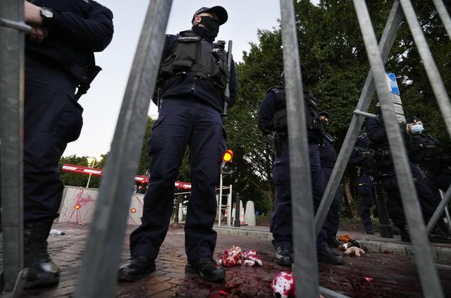 Polsk politi holder vakt etter at aktivister kastet maling som symboliserer blod ved nasjonalforsamlingen under en demonstrasjon fredag forrige uke. Protesten var rettet mot myndighetenes behandling av migranter og flyktninger som forsøker å krysse grensen fra Hviterussland. Foto: Czarek Sokolowski / AP / NTB