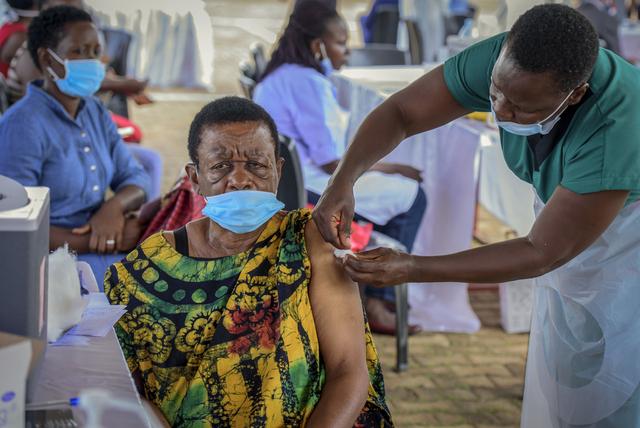 En kvinne får satt en vaksinedose av helsepersonell i hovedstaden Kampala. Arkivfoto: Nicholas Bamulanzeki / AP / NTB