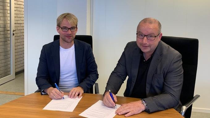 SIGNERT: Byrådsleder Roger Valhammer (Ap) og friidrettspresident Ketil Tømmernes har signert samarbeidsavtale om U23-EM i 2021.