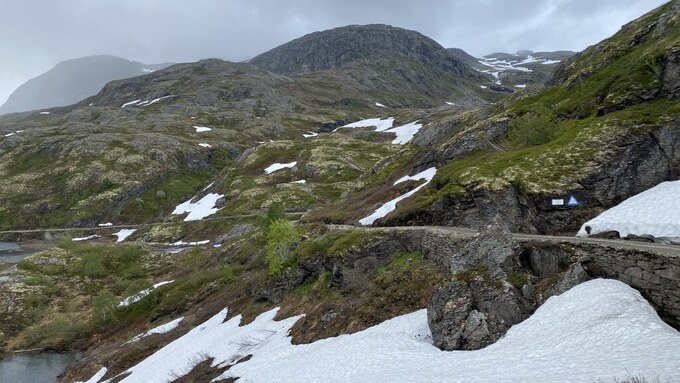 Snøen er på vei til å bli borte langs Rallarvegen, men deler av strekningen mellom Finse og Hallingskeid er fortsattdekket av snø.