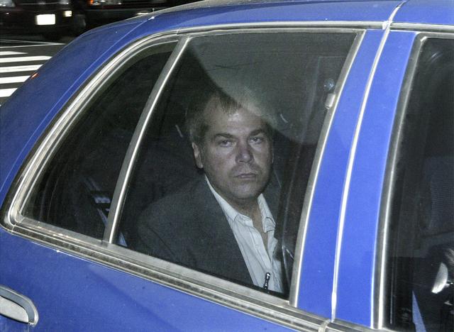 John Hinckley Jr. på vei til en domstol I Washington i 2003. Mandag skal en dommer beslutte om restriksjonene mot ham bør oppheves. Arkivfoto: Evan Vucci / AP / NTB