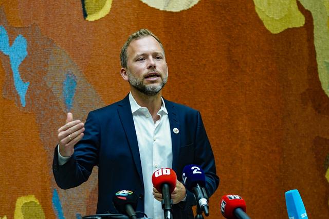 SV-leder Audun Lysbakken på pressemøte i vandrehallen i Stortinget, dagen etter stortingsvalget.
