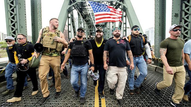 Joe Biggs (nummer tre fra høyre) er pågrepet etter stormingen av Kongressen. Her sammen med andre Proud Boys-medlemmer.